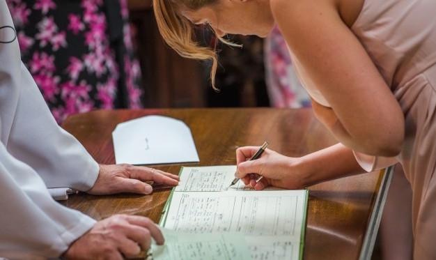 Házasoknak kell-e lenniük az esküvői tanúknak?