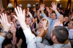 Esküvői zenék – 20 Házibuli zene ami nem retró